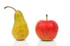 Pera jugosa y manzana roja con gotas del agua Imagen de archivo
