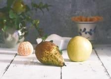 Pera, manzana y clementina fotos de archivo
