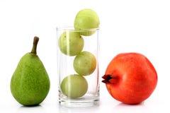 Pera, melograno ed uva spina Immagini Stock