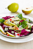 Pera, romã com queijo azul e salada de foguete Fotos de Stock