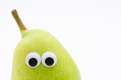 Pera verde con gli occhi googly su fondo bianco - fronte della pera Immagini Stock
