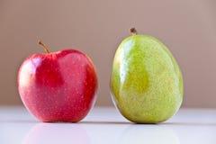 Pera verde y Apple rojo imágenes de archivo libres de regalías