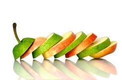 Pera verde y rebanadas rojas de la manzana Imagen de archivo libre de regalías
