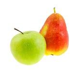 Pera vermelha e maçã verde com gotas as águas. Imagens de Stock