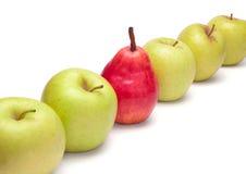Pera vermelha madura e maçãs verdes na diagonal Fotografia de Stock Royalty Free
