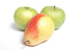 Pera y dos manzanas verdes Imagenes de archivo