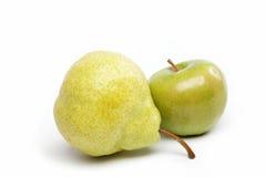 Pera y manzana aisladas en blanco. Fotografía de archivo libre de regalías
