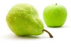Pera y manzana mojadas Fotografía de archivo libre de regalías