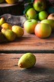 Pera y manzanas, foco selectivo Imagen de archivo