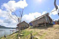 PERAK MALAYSIA - NOVEMBER 16, 2015: Den infödda byn av den Temuan person som tillhör en etnisk minoritet på kungliga Belum Eco pa royaltyfria foton
