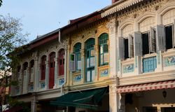 Peranakan建筑学设计房子和窗口Joo Chiat新加坡 免版税图库摄影