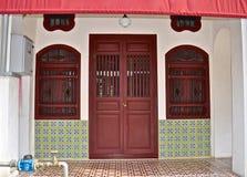 Peranakan shophouse med utsmyckat belägga med tegel arkivbild