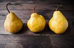 Peras amarelas frescas Fotos de Stock