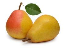 Peras amarelas maduras com a folha isolada no branco Foto de Stock
