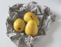 Peras amarelas no papel Imagem de Stock