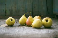 Peras amarillas en el piso de madera, aún vida Imagen de archivo libre de regalías