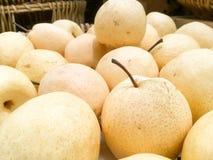 Peras asiáticas en un mercado Foto de archivo libre de regalías