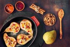 Peras cozidas com queijo azul e nozes, servidos com laranja e Fotos de Stock Royalty Free
