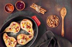 Peras cozidas com queijo azul e nozes, servidos com laranja e Foto de Stock
