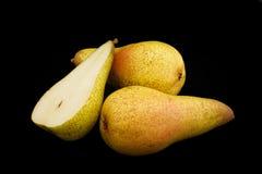 Peras del color amarillo en un primer negro del fondo Opción 3 Imagen de archivo libre de regalías