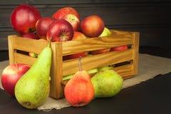Peras e maçãs na tabela de madeira Autumn Fruits Colheita do outono na exploração agrícola Uma dieta saudável para crianças Imagem de Stock Royalty Free