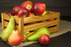 Peras e maçãs na tabela de madeira Autumn Fruits Colheita do outono na exploração agrícola Uma dieta saudável para crianças Foto de Stock