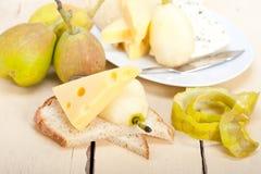 Peras e queijo frescos Fotografia de Stock