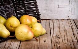 Peras em uma cesta preta fotografia de stock