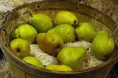 Peras en cesta Foto de archivo libre de regalías