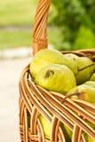 Peras en la cesta Fotografía de archivo