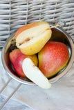 Peras en la tabla de madera Fruta fresca imagen de archivo