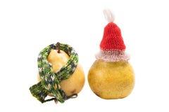 Peras en una bufanda y un casquillo aislados en el fondo blanco Fotografía de archivo libre de regalías