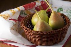 Peras en una cesta Foto de archivo