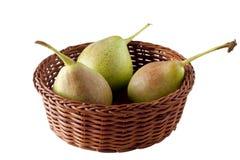 Peras en una cesta aislada en blanco Fotografía de archivo