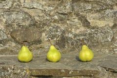 Peras en una pared de piedra Imagen de archivo