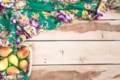 Peras estacionales frescas en el backround de madera Fotos de archivo