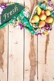 Peras estacionales frescas en el backround de madera Foto de archivo libre de regalías