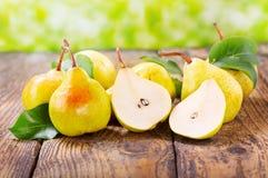 Peras frescas con las hojas imagenes de archivo