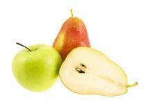 Peras frescas e maçã verde com gotas as águas. Fotografia de Stock