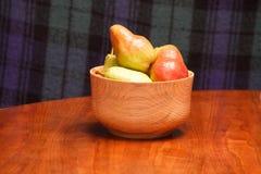 Bacia de peras na tabela de madeira com fundo da manta fotos de stock