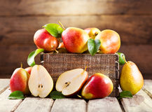 Peras frescas en caja de madera fotos de archivo