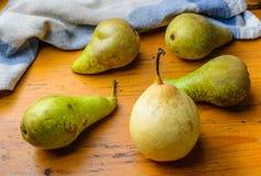 Peras frescas en la tabla Fotos de archivo