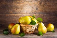 Peras frescas en una cesta imagen de archivo libre de regalías