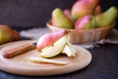 Peras jugosas en una tabla de cocina de madera rústica Fotos de archivo libres de regalías