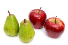 Peras jugosas, manzanas En un blanco Fotos de archivo