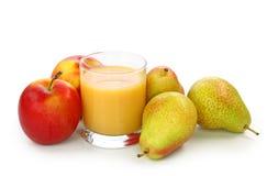 Peras, maçã e suco frescos Fotos de Stock Royalty Free