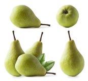 Peras maduras com as folhas isoladas em um fundo branco Três peras com espaço da cópia para o texto Close-up verde das peras Pera fotos de stock