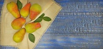 Peras maduras en un fondo de madera Visión superior Verano Otoño Tha Imagen de archivo libre de regalías