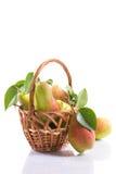 Peras maduras en una cesta Imágenes de archivo libres de regalías