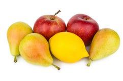 Peras, manzanas y limón aislados en blanco Foto de archivo